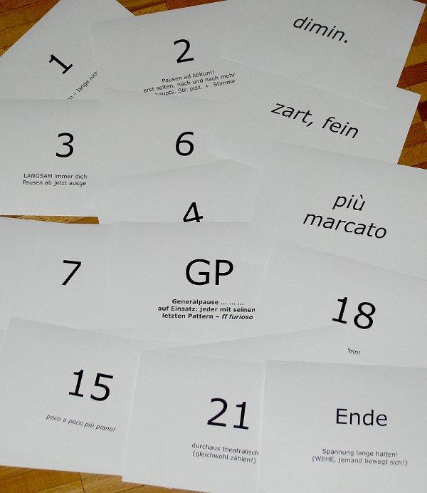 Einige der Zahlenkarten, mit denen ich die Aufführung im Ablauf – doch – ein wenig geführt habe